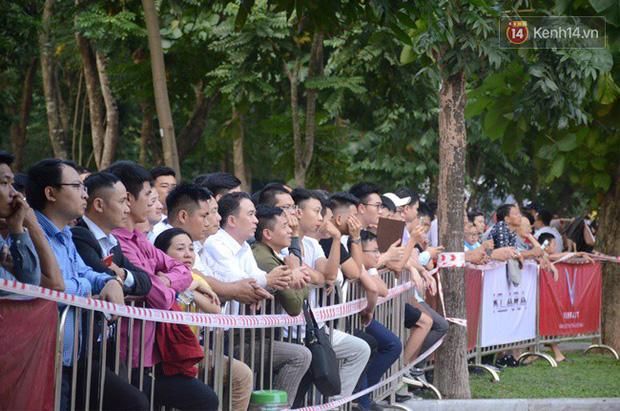 Hàng trăm người dân xếp hàng chờ đợi trước nhiều giờ đồng hồ để tận mắt chiêm ngưỡng các mẫu xe VinFast - Ảnh 3.