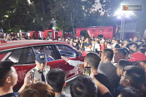 Ảnh: Khu trưng bày các mẫu xe VinFast chính thức mở cửa, biển người Hà Nội đổ xô đến tham quan - Ảnh 6.