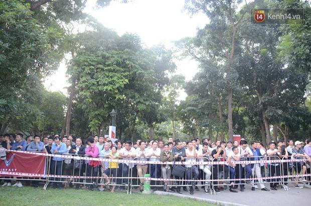 Hàng trăm người dân xếp hàng chờ đợi trước nhiều giờ đồng hồ để tận mắt chiêm ngưỡng các mẫu xe VinFast - Ảnh 2.