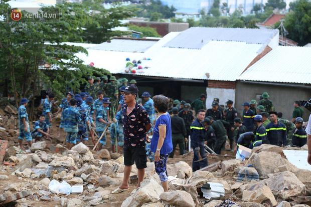 Chùm ảnh: Người dân Nha Trang đau xót dựng bàn thờ chung cho những nạn nhân đã khuất sau trận lũ và sạt lở lịch sử - Ảnh 7.