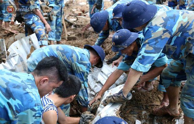 Chùm ảnh: Người dân Nha Trang đau xót dựng bàn thờ chung cho những nạn nhân đã khuất sau trận lũ và sạt lở lịch sử - Ảnh 8.