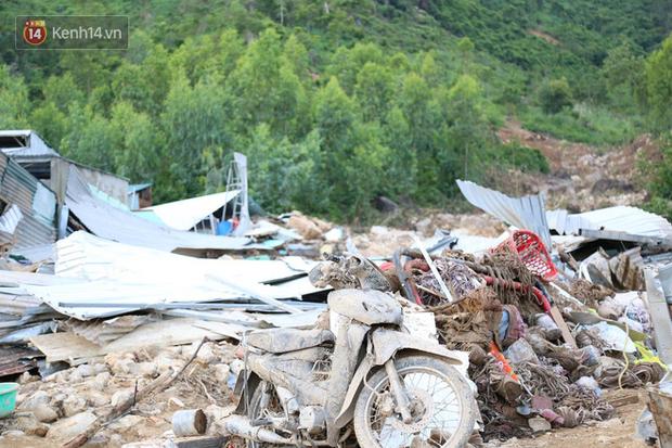 Chùm ảnh: Người dân Nha Trang đau xót dựng bàn thờ chung cho những nạn nhân đã khuất sau trận lũ và sạt lở lịch sử - Ảnh 5.