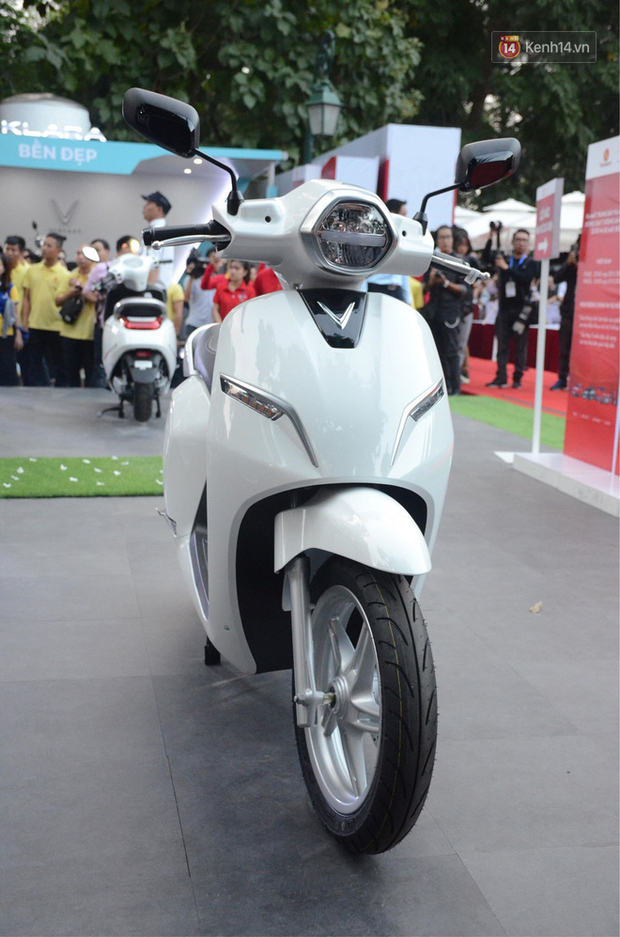 Người dân hào hứng với mẫu xe máy điện thông minh Klara của VinFast, được bán với giá từ 21 triệu đồng - Ảnh 5.