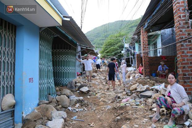 Chùm ảnh: Người dân Nha Trang đau xót dựng bàn thờ chung cho những nạn nhân đã khuất sau trận lũ và sạt lở lịch sử - Ảnh 3.