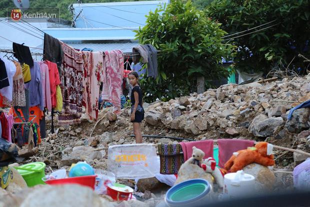 Chùm ảnh: Người dân Nha Trang đau xót dựng bàn thờ chung cho những nạn nhân đã khuất sau trận lũ và sạt lở lịch sử - Ảnh 4.