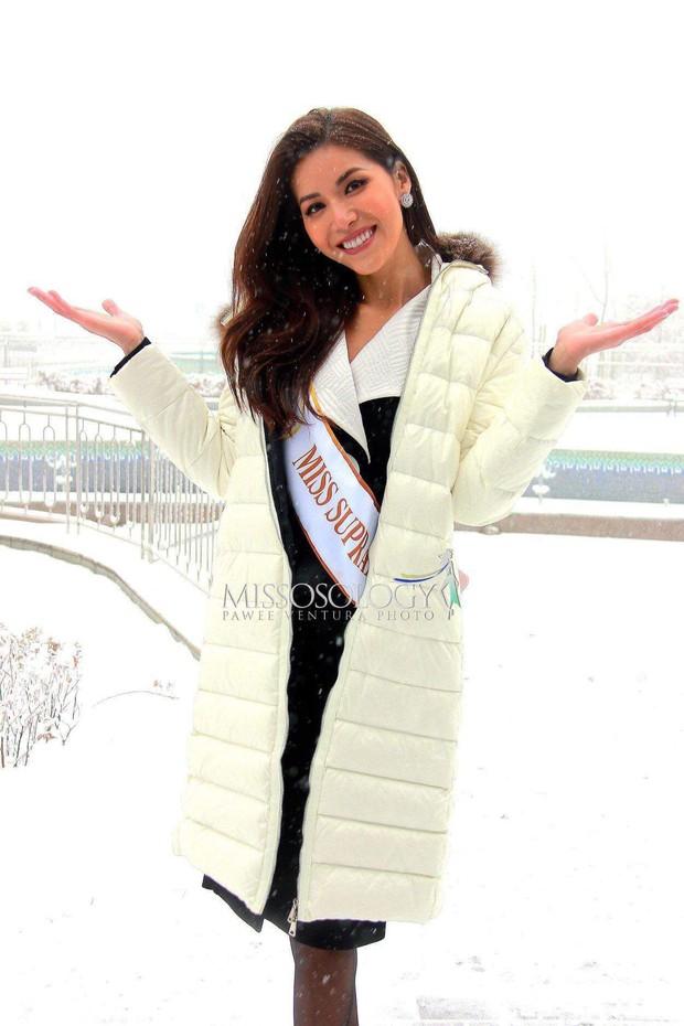 Ngày đầu của Minh Tú tại Miss Supranational: Mặc tuyết rơi vẫn tươi tắn hết cỡ, sẵn sàng cho đại diện Phillippines mượn trang phục dạ hội - Ảnh 2.