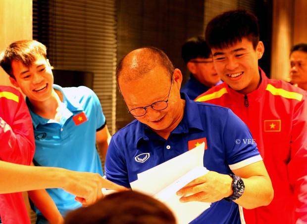 HLV Park Hang Seo nhận quà 20/11 từ các tuyển thủ Việt Nam - Ảnh 2.