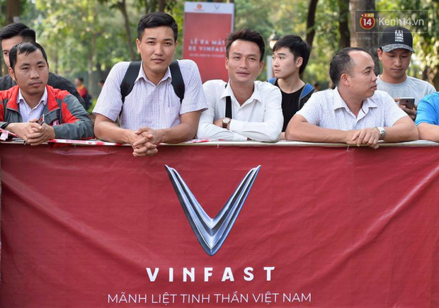 Hàng trăm người dân xếp hàng chờ đợi trước nhiều giờ đồng hồ để tận mắt chiêm ngưỡng các mẫu xe VinFast - Ảnh 1.