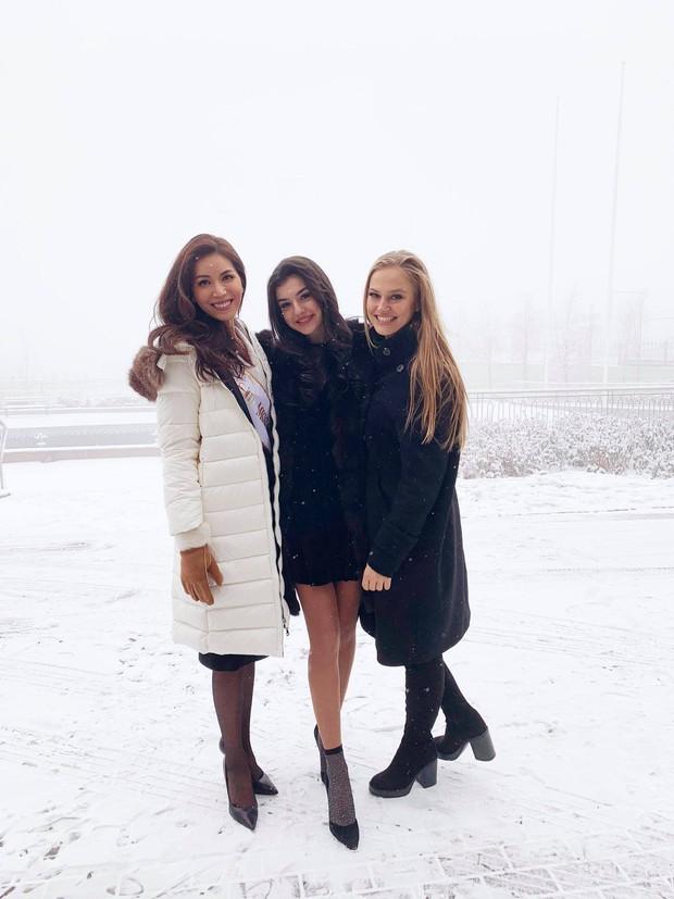 Ngày đầu của Minh Tú tại Miss Supranational: Mặc tuyết rơi vẫn tươi tắn hết cỡ, sẵn sàng cho đại diện Phillippines mượn trang phục dạ hội - Ảnh 3.