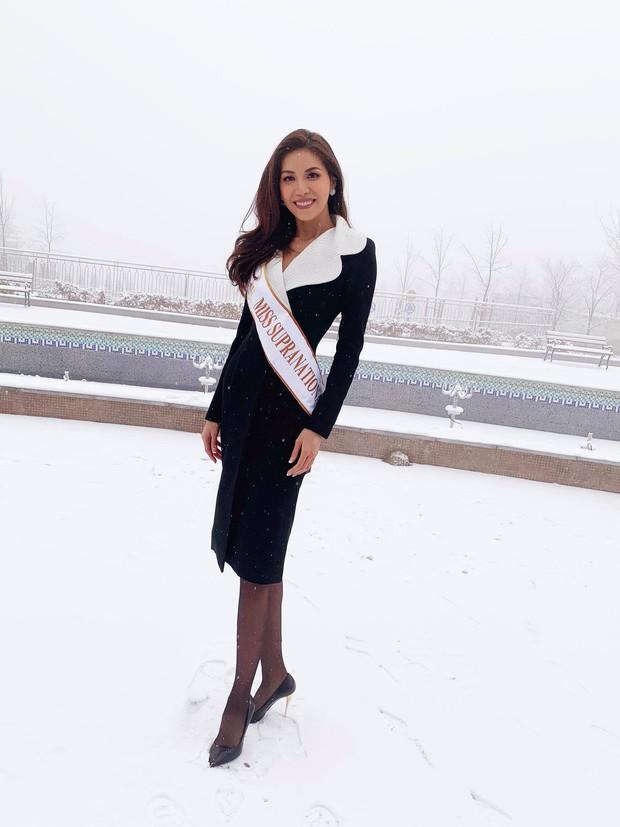 Ngày đầu của Minh Tú tại Miss Supranational: Mặc tuyết rơi vẫn tươi tắn hết cỡ, sẵn sàng cho đại diện Phillippines mượn trang phục dạ hội - Ảnh 1.