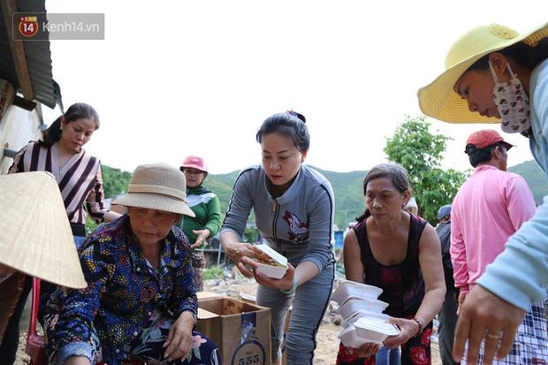Chùm ảnh: Người dân Nha Trang đau xót dựng bàn thờ chung cho những nạn nhân đã khuất sau trận lũ và sạt lở lịch sử - Ảnh 10.