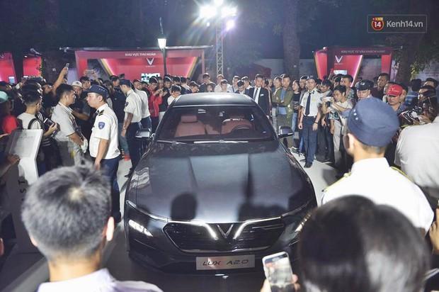 Ảnh: Khu trưng bày các mẫu xe VinFast chính thức mở cửa, biển người Hà Nội đổ xô đến tham quan - Ảnh 8.