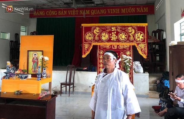 Chùm ảnh: Người dân Nha Trang đau xót dựng bàn thờ chung cho những nạn nhân đã khuất sau trận lũ và sạt lở lịch sử - Ảnh 14.
