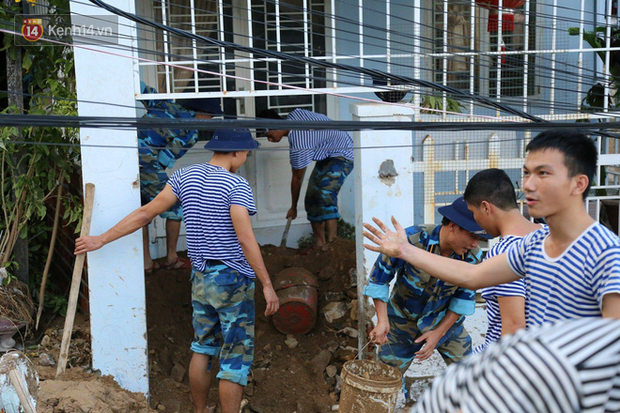 Chùm ảnh: Người dân Nha Trang đau xót dựng bàn thờ chung cho những nạn nhân đã khuất sau trận lũ và sạt lở lịch sử - Ảnh 15.