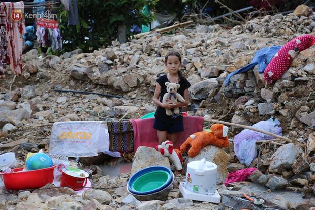 Chùm ảnh: Người dân Nha Trang đau xót dựng bàn thờ chung cho những nạn nhân đã khuất sau trận lũ và sạt lở lịch sử - Ảnh 11.