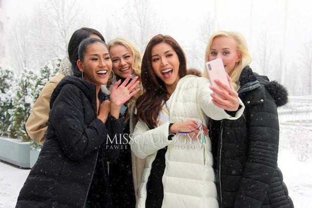 Ngày đầu của Minh Tú tại Miss Supranational: Mặc tuyết rơi vẫn tươi tắn hết cỡ, sẵn sàng cho đại diện Phillippines mượn trang phục dạ hội - Ảnh 4.