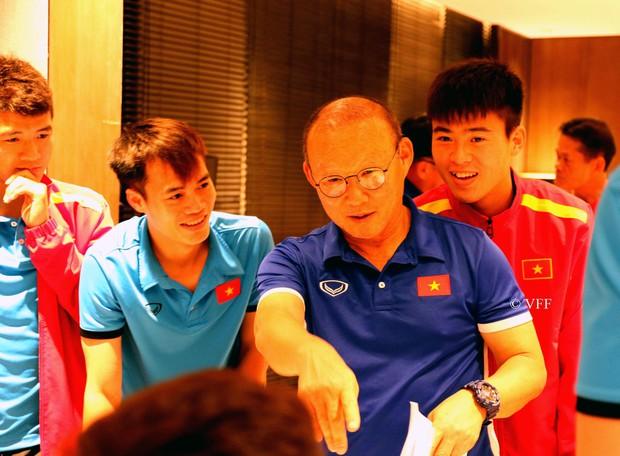 HLV Park Hang Seo nhận quà 20/11 từ các tuyển thủ Việt Nam- Ảnh 1.