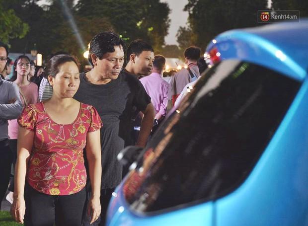Ảnh: Khu trưng bày các mẫu xe VinFast chính thức mở cửa, biển người Hà Nội đổ xô đến tham quan - Ảnh 7.