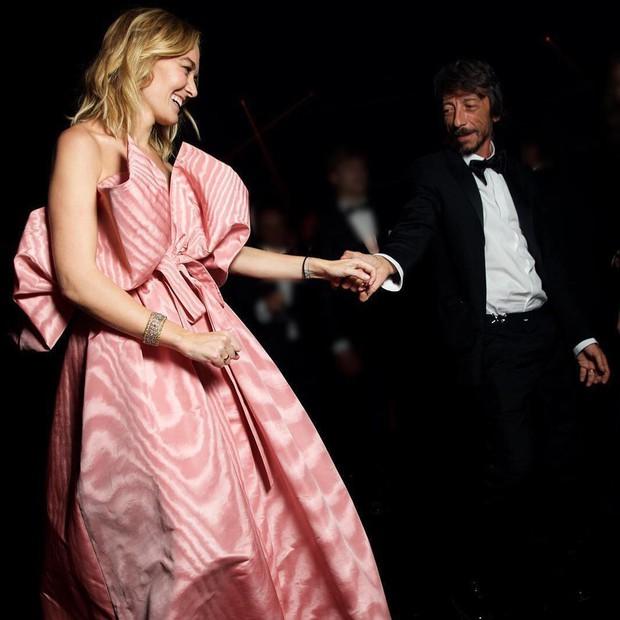 Chẳng đầm xòe lồng lộn, ái nữ thừa kế của ông trùm Zara vừa lên xe hoa trong bộ váy cưới đơn giản khác biệt nhất bạn từng thấy - Ảnh 6.