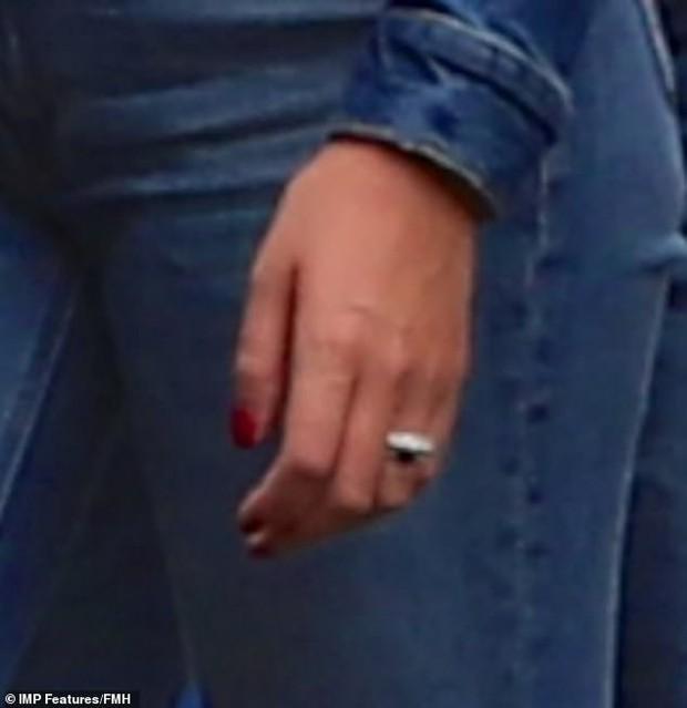 Bàn tay hư hỏng của Georgina như thay lời muốn nói: Cristiano Ronaldo là chồng của tôi - Ảnh 3.