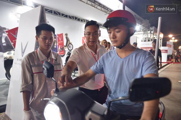 Người dân xếp hàng để trải nghiệm đi thử xe máy điện thông minh Klara tại khuôn viên công viên Thống Nhất - Ảnh 4.