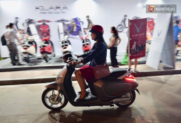 Người dân xếp hàng để trải nghiệm đi thử xe máy điện thông minh Klara tại khuôn viên công viên Thống Nhất - Ảnh 5.
