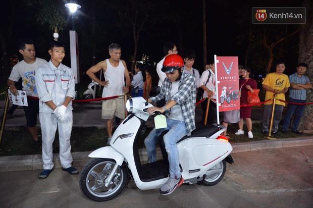 Người dân xếp hàng để trải nghiệm đi thử xe máy điện thông minh Klara tại khuôn viên công viên Thống Nhất - Ảnh 6.