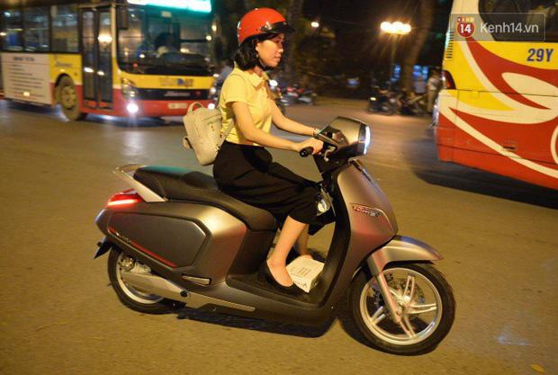 Người dân xếp hàng để trải nghiệm đi thử xe máy điện thông minh Klara tại khuôn viên công viên Thống Nhất - Ảnh 9.