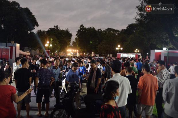 Người dân xếp hàng để trải nghiệm đi thử xe máy điện thông minh Klara tại khuôn viên công viên Thống Nhất - Ảnh 11.