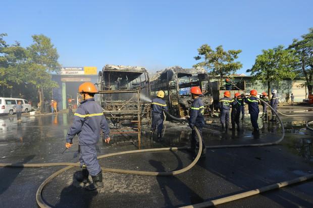 Clip: Hai xe khách bốc cháy dữ dội giữa bến xe trung tâm Đà Nẵng, hàng trăm hành khách nháo nhào - Ảnh 3.