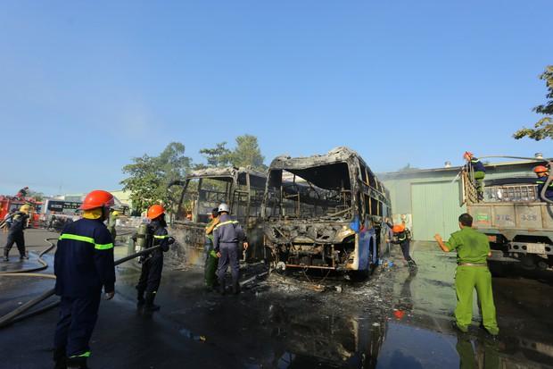 Clip: Hai xe khách bốc cháy dữ dội giữa bến xe trung tâm Đà Nẵng, hàng trăm hành khách nháo nhào - Ảnh 4.