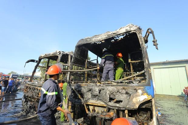 Clip: Hai xe khách bốc cháy dữ dội giữa bến xe trung tâm Đà Nẵng, hàng trăm hành khách nháo nhào - Ảnh 6.