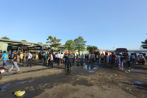 Clip: Hai xe khách bốc cháy dữ dội giữa bến xe trung tâm Đà Nẵng, hàng trăm hành khách nháo nhào - Ảnh 5.