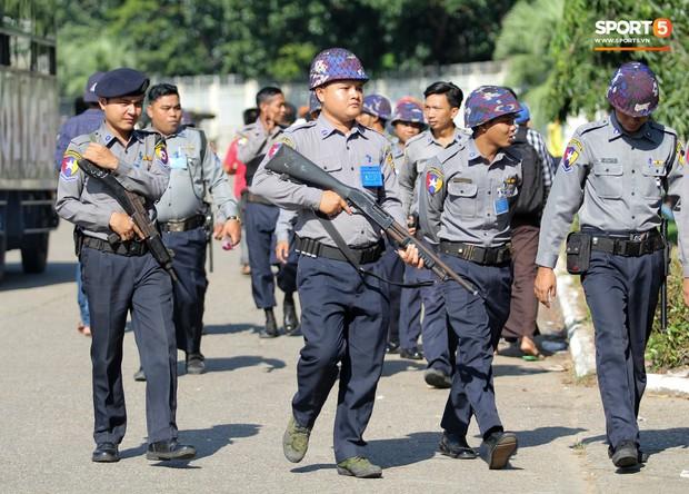 Cảnh sát vũ trang tràn ngập SVĐ tổ chức trận Myanmar - Việt Nam, sẵn sàng cho CĐV quá khích lên xe thùng - Ảnh 2.