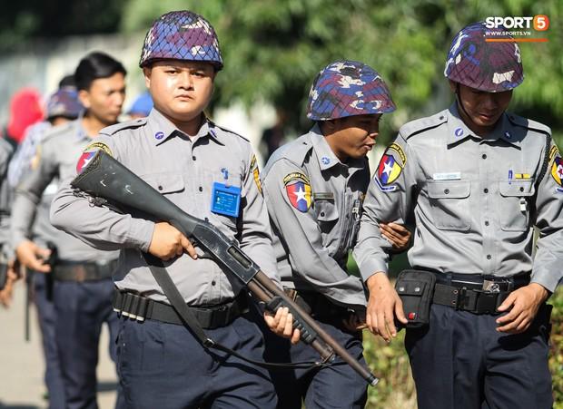 Cảnh sát vũ trang tràn ngập SVĐ tổ chức trận Myanmar - Việt Nam, sẵn sàng cho CĐV quá khích lên xe thùng - Ảnh 4.