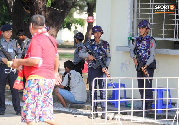 Cảnh sát vũ trang tràn ngập SVĐ tổ chức trận Myanmar - Việt Nam, sẵn sàng cho CĐV quá khích lên xe thùng - Ảnh 5.