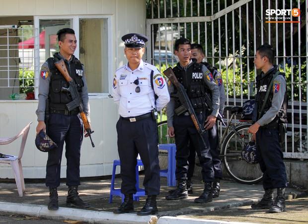 Cảnh sát vũ trang tràn ngập SVĐ tổ chức trận Myanmar - Việt Nam, sẵn sàng cho CĐV quá khích lên xe thùng - Ảnh 6.