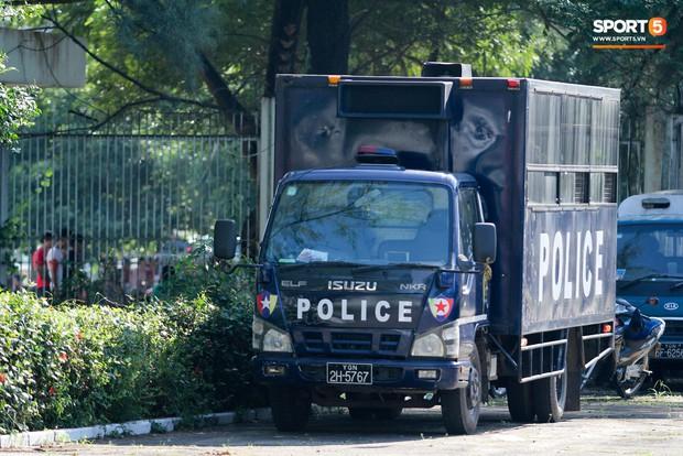 Cảnh sát vũ trang tràn ngập SVĐ tổ chức trận Myanmar - Việt Nam, sẵn sàng cho CĐV quá khích lên xe thùng - Ảnh 9.