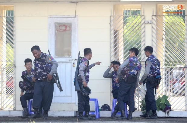 Cảnh sát vũ trang tràn ngập SVĐ tổ chức trận Myanmar - Việt Nam, sẵn sàng cho CĐV quá khích lên xe thùng - Ảnh 11.