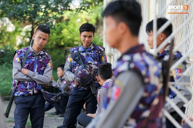 Cảnh sát vũ trang tràn ngập SVĐ tổ chức trận Myanmar - Việt Nam, sẵn sàng cho CĐV quá khích lên xe thùng - Ảnh 12.