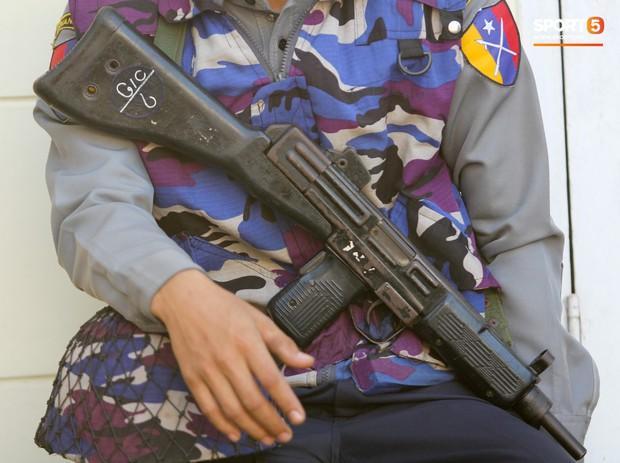 Cảnh sát vũ trang tràn ngập SVĐ tổ chức trận Myanmar - Việt Nam, sẵn sàng cho CĐV quá khích lên xe thùng - Ảnh 13.