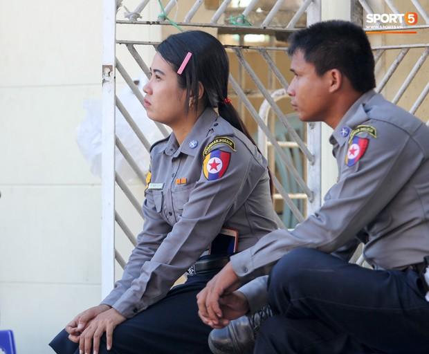 Cảnh sát vũ trang tràn ngập SVĐ tổ chức trận Myanmar - Việt Nam, sẵn sàng cho CĐV quá khích lên xe thùng - Ảnh 14.