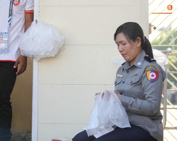 Cảnh sát vũ trang tràn ngập SVĐ tổ chức trận Myanmar - Việt Nam, sẵn sàng cho CĐV quá khích lên xe thùng - Ảnh 15.