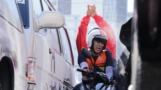 Chán làm giám khảo The Face, nam thần Thái Lan Peach Pachara Chirathivat nổi hứng chạy xe ôm kiếm sống - Ảnh 3.