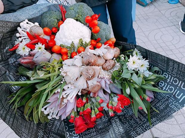 Biết cô giáo thích ăn lẩu, học sinh lớp 9 tặng ngay một bó hoa rau củ tươi rói nhân ngày 20/11 - Ảnh 1.