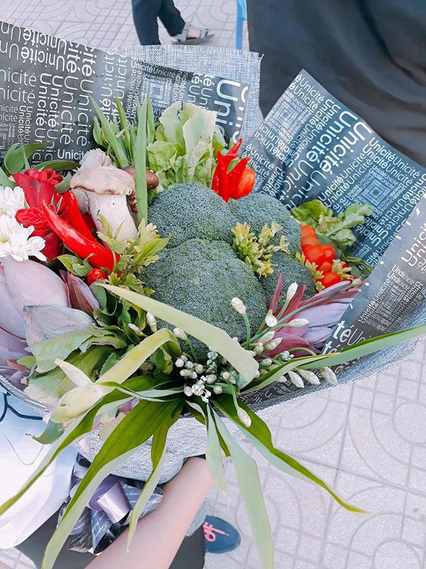 Biết cô giáo thích ăn lẩu, học sinh lớp 9 tặng ngay một bó hoa rau củ tươi rói nhân ngày 20/11 - Ảnh 2.