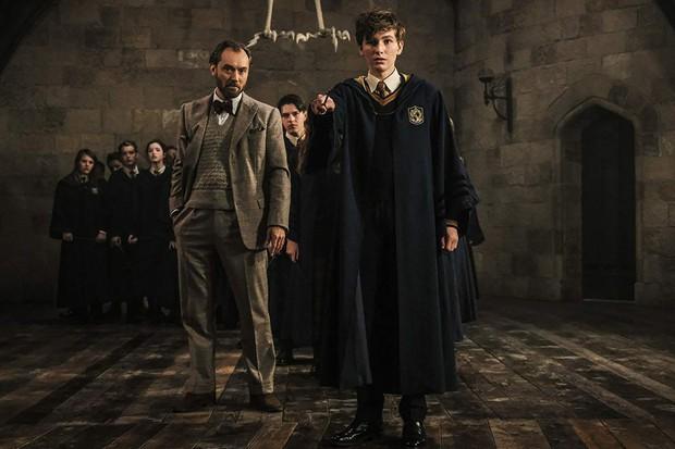 Ngất ngây trước vẻ đẹp nên thơ của giáo sư Dumbledore - điểm sáng nổi bật của Fantastic Beasts 2 - Ảnh 3.