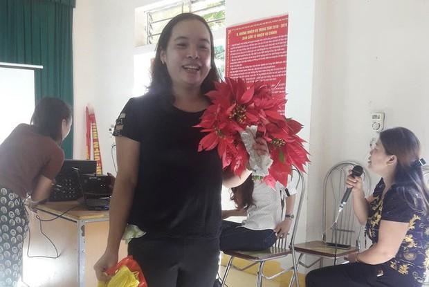 Giáo viên mừng phát khóc khi học trò mang hoa dại, rau cải, chuối tặng ngày 20/11 - Ảnh 2.