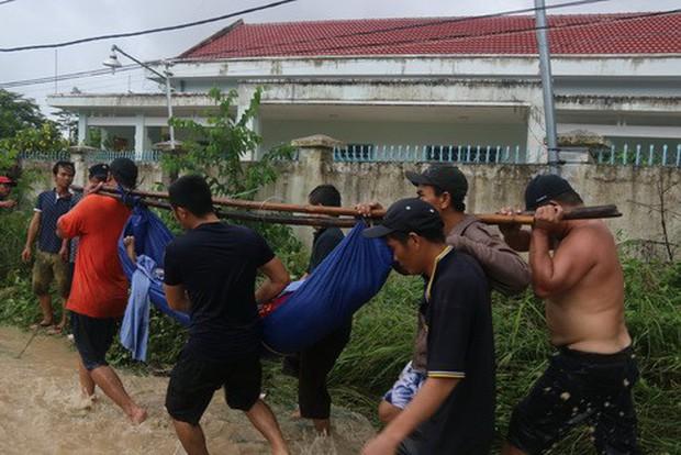 Nha Trang: Thầy cô đón 20-11 trong bùn, người chết vẫn tăng - Ảnh 11.