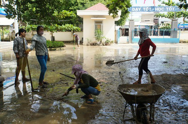 Nha Trang: Thầy cô đón 20-11 trong bùn, người chết vẫn tăng - Ảnh 7.